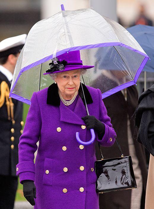 la reine d'Angleterre en ultra violet